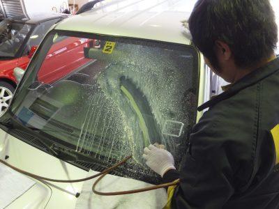 自動車ガラスクリーニング